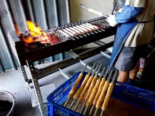基隆正濱漁港手工碳烤吉古拉店近年爆紅,訂單排到今年底。(記者林欣漢翻攝)