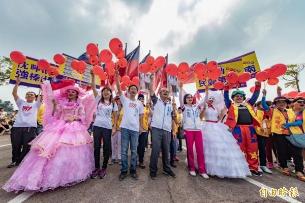斗南鎮長參選人沈暉勛與雲林縣議員蔡東富夫婦拿國旗及氣球街頭遊行,打造斗南幸福感。(記者廖淑玲攝)