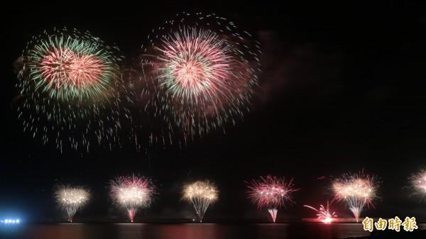 今晚雙十焰火在花蓮港東堤施放,不過由於帆布起火,(圖下右)造成部份高空焰火無法發射。(記者王錦義攝)