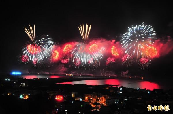 花蓮雙十煙火在花蓮港東防波堤施放,彩色煙火照亮港區海面及天空。(記者花孟璟攝)