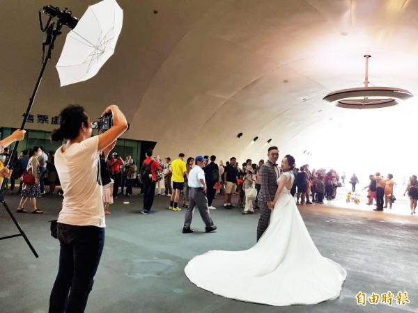 衛武營今舉辦入厝趴受歡迎,還有民眾來拍婚紗照。(記者陳文嬋攝)