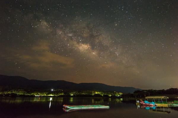 池上大坡池是台東最美星空4處一星等點位之一,13晚間將舉辦最美星空音樂會。(台東縣政府提供)
