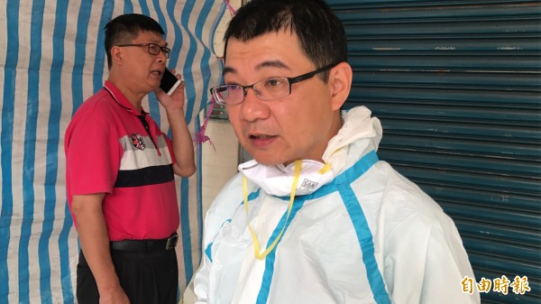 疾管處長潘炤穎穿防護丶隔離衣,親自到場會勘、處理。(記者黃良傑攝)