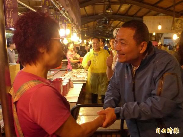 國民黨新北市長參選人侯友宜傳統市場拜票。(記者李雅雯攝)