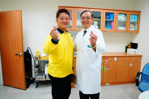 郭建麟(左)術後至今3個月,成功減重32公斤,他在大林慈濟醫院減重與代謝手術治療中心主任尹文耀(右)陪同下,說明他的減重過程。(大林慈濟醫院提供)