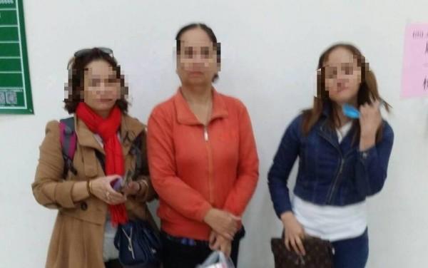 3名越籍婦人持變造入境證明被查獲,其中左邊婦人趁隙逃逸。(記者洪臣宏翻攝)