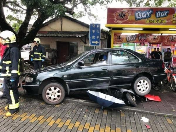 一輛轎車疑暴衝撞倒機車,造成1死3傷。(記者張議晨翻攝)