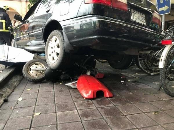 頭城火車站前一輛轎車暴衝撞倒機車,造成1死3傷,事發經過正交由警方釐清。(記者張議晨翻攝)