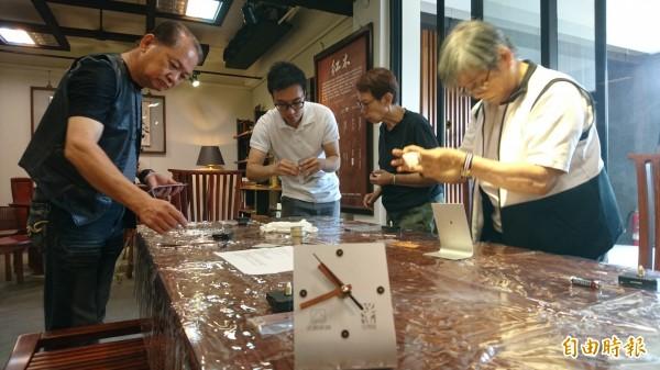 永興家具與谷同金合作推出「與時俱進」DIY材料包,讓民眾一次體驗2種工藝。(記者劉婉君攝)