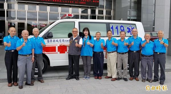 苗栗縣城隍廟捐贈苗栗縣政府一輛救護車。(記者彭健禮攝)