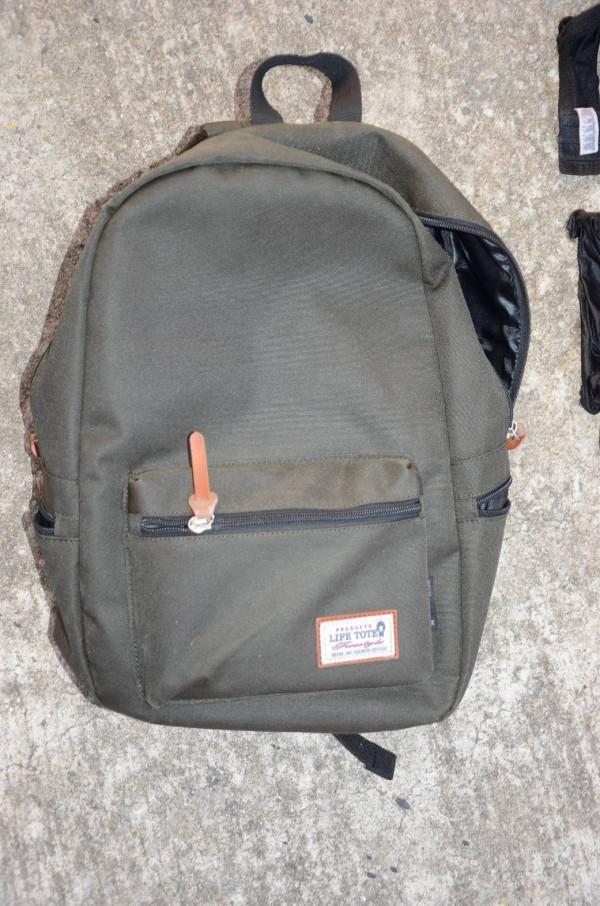 警方於附近發現的綠色背包。(記者蔡政珉翻攝)