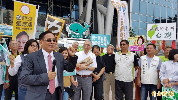 喜樂島聯盟全台巡迴專車「胖鯨號」今天上午抵達嘉義市政府前廣場。(記者丁偉杰攝)