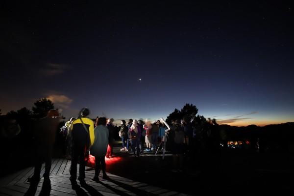 觀星民眾在阿里山遊樂區內小笠原山平台操作望遠鏡。(嘉義林管處提供)
