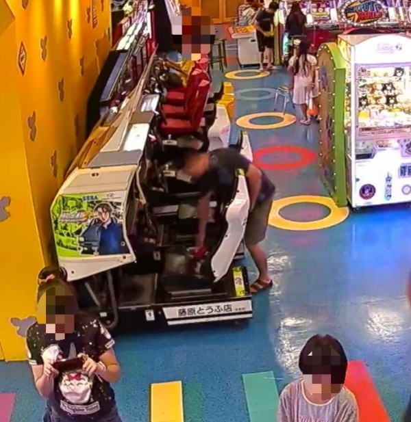 徐男在遊藝場內撿到皮夾及iPhone8手機,竟占為己有,過程全被店內監視器拍下來。(記者李立法翻攝)
