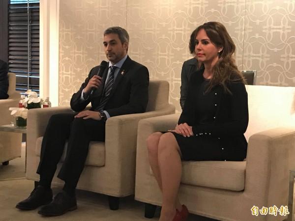 巴拉圭總統阿布鐸(左)與第一夫人席凡娜(Silvana Lopez Moreira de Abdo)(右)今下午與媒體茶敘(記者彭琬馨攝)