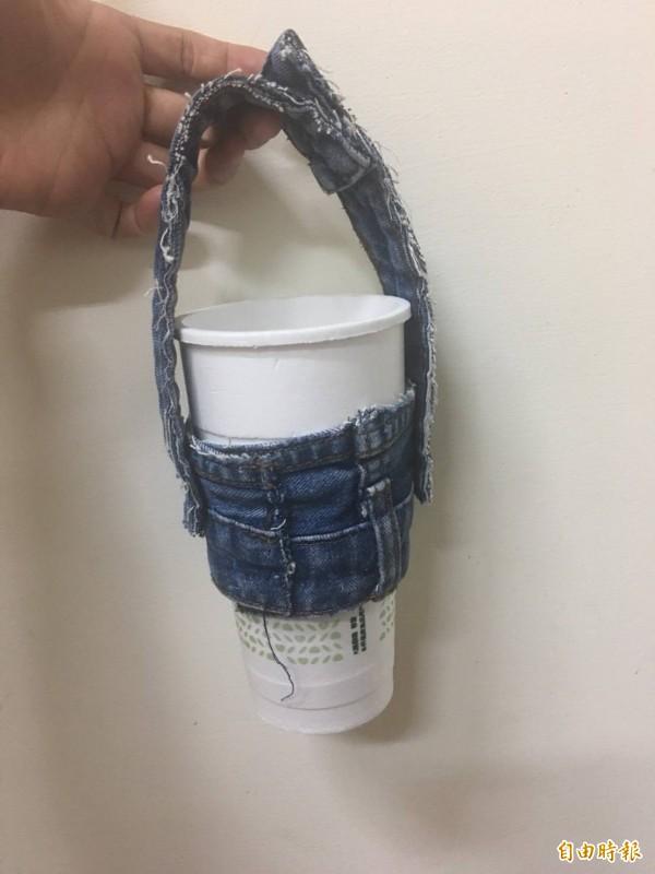 彰化鹿東國小學生王柔蓁以廢棄牛仔褲來改裝,保留原本的扣子設計,勇奪全鎮小學生環保手搖杯提袋設計比賽第一名。(記者劉曉欣攝)