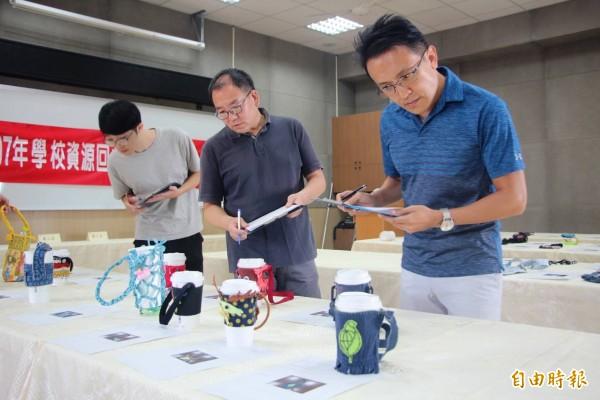 鹿港鎮公所舉辦小學生環保手搖杯提袋設計比賽,評審老師就學生創意進行評比。(記者劉曉欣攝)