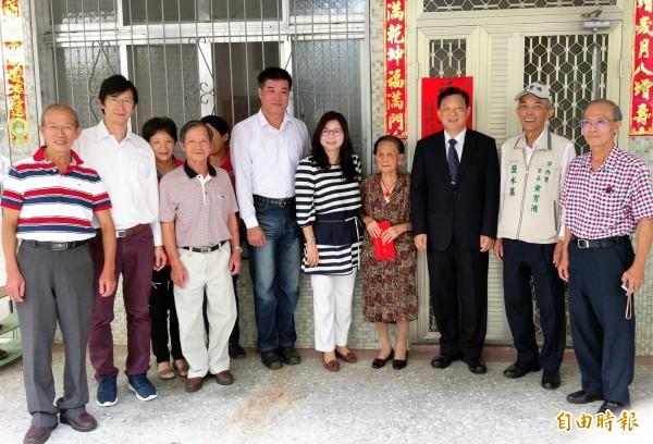 台南市百歲人瑞243名,重陽節獲贈萬元禮金,副市長許漢卿今訪102歲曾網,親贈賀禮。(記者王涵平攝)