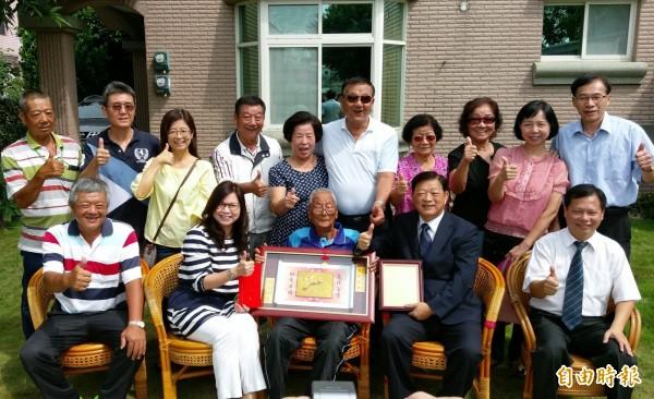 台南市副市長許漢卿今天拜訪百歲人瑞游振坤,親贈賀禮。(記者王涵平攝)