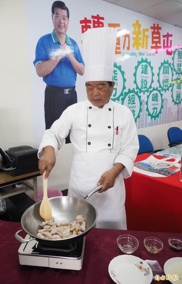 周信利以總舖師身分示範食譜中的一道料理「爆炒雙腰」。(記者陳鳳麗攝)