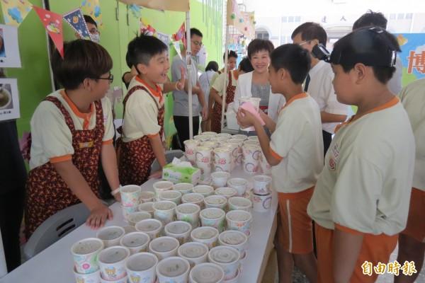 立人國小融合英語課程及周邊美食,教小學生變身youtuber。(記者蘇孟娟攝)