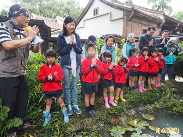 新北市副市長呂衛青(左三)和小朋友一起為螢火蟲寶寶祈禱,希望幼蟲平安長大。(記者何玉華攝)