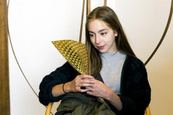 竹藝家李雅靖遠赴法國創作的金屬竹編扇,驚豔許多外國人,尤其法國女子持扇欣賞的畫面。更是充滿異國情調。(李雅靖提供)