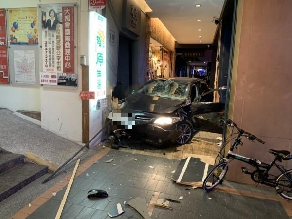 松山區傳嚴重車禍,轎車撞進南京東路四段騎樓。(記者鄭景議翻攝)