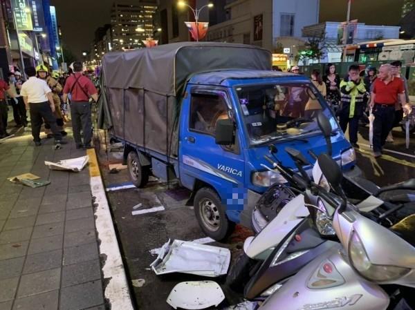 松山區傳嚴重車禍,路旁貨車後卸貨工人也遭撞。(記者鄭景議翻攝)