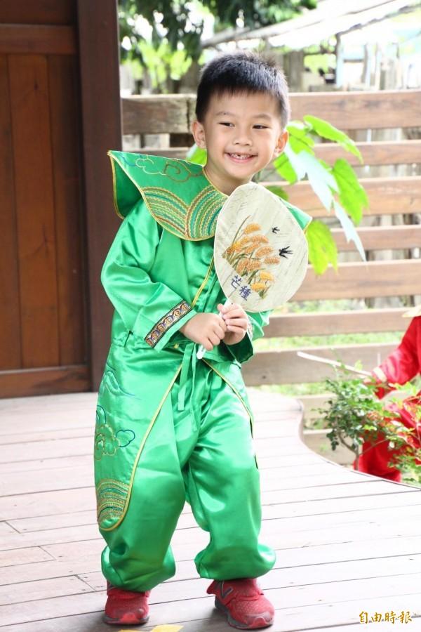 曉明幼兒園學童們走秀展出24節氣手工繡扇。(記者林宜樟攝)