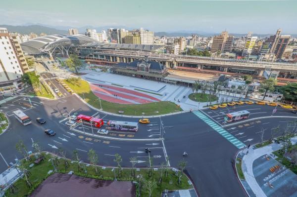 鐵路高架化後全新的台中火車站啟用,站前廣場整建煥然一新。(台中市政府提供)