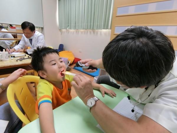 醫師到家扶台中發展學園為兒童健檢。(記者蔡淑媛翻攝)