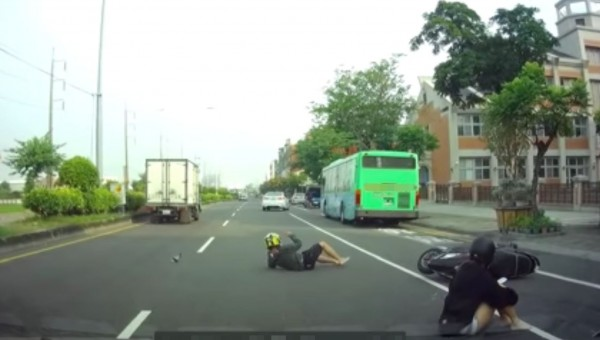 陳姓女大生騎車載彭姓男同學,卻遭後方張姓男子超車撞上,兩人在地上翻滾好幾圈後受傷送醫。(記者陳建志翻攝)