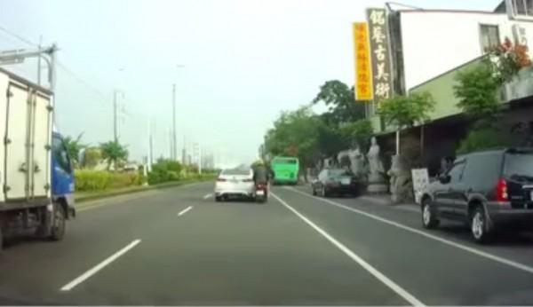 民眾提供的行車記錄器發現,張男超車後快速切回原車道,右後側直接撞上機車。(記者陳建志翻攝)