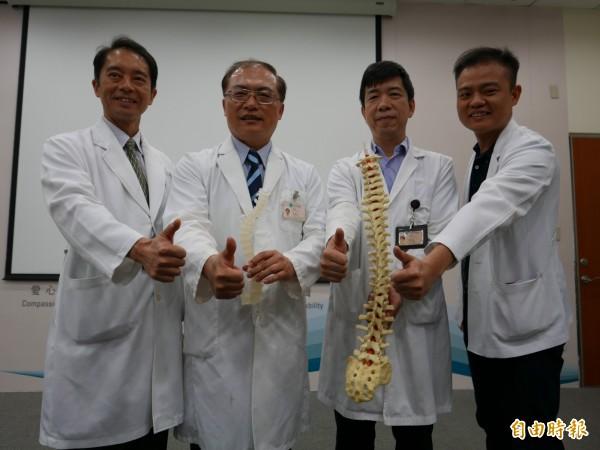 中榮骨科團隊引進脊椎機械手臂系統,輔助重度脊椎疾患手術。(記者蔡淑媛攝)