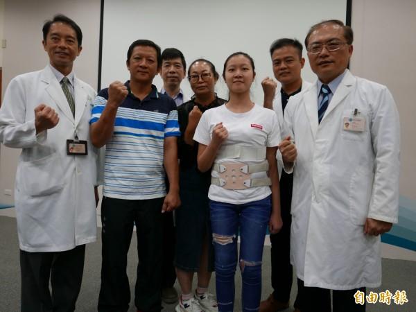 洪姓少女在中榮骨科團隊治療下能正常行走。(記者蔡淑媛攝)