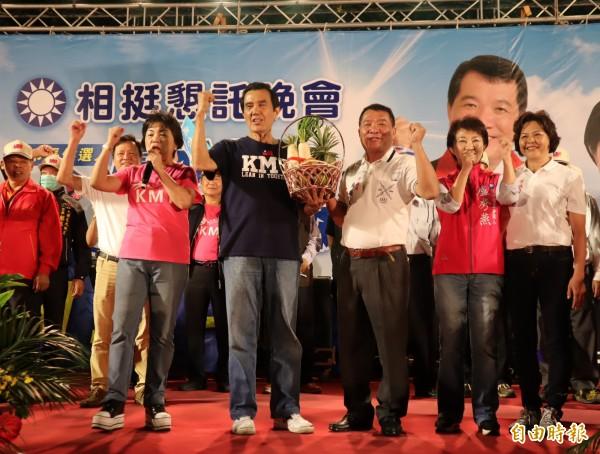 前總統馬英九為台中市長參選人盧秀燕及市議員參選人吳顯森站台,贈送菜頭及包子等祝兩人「包中」。(記者歐素美攝)
