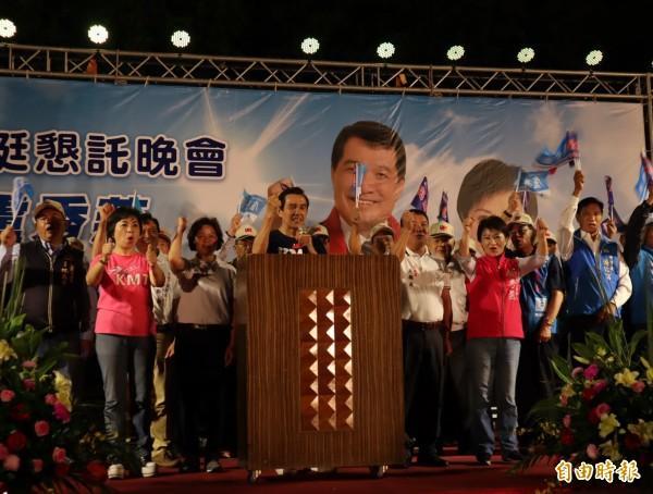 前總統馬英九為台中市長參選人盧秀燕及市議員參人吳顯森站台,現場凍蒜聲不斷。(記者歐素美攝)