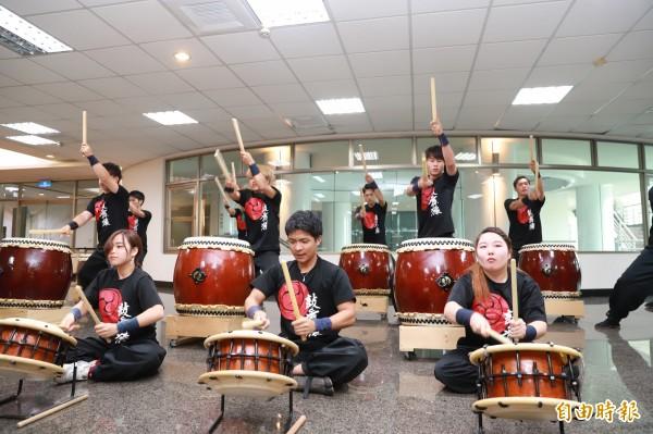 日本「鼓舞猿」團隊今天到嘉南藥理大學參訪,帶來的太鼓表演獲得師生好評。(記者萬于甄攝)