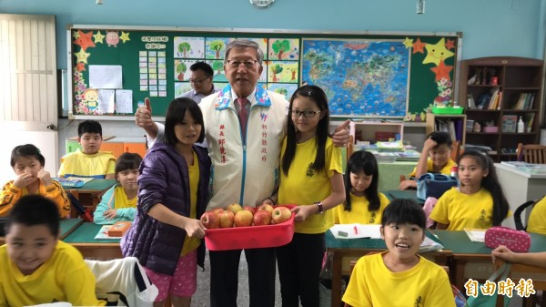 東海國小的小學童們也收到縣長阿公的蘋果萬聖禮。(記者黃美珠攝)