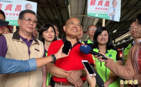 民進黨新北市長參選人蘇貞昌今早到大台北農產品集貨場掃街。(記者葉冠妤攝)