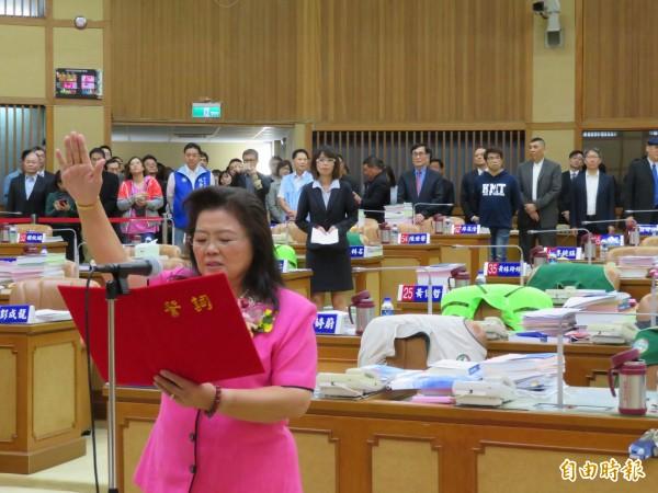 王明麗宣誓就任新北市議員,任期74天。(記者何玉華攝)
