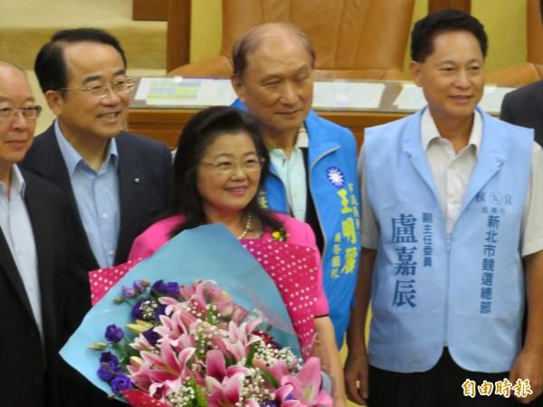 王明麗宣誓就任新北市議員,許多支持者到場祝賀,包括前立委李嘉進(左二)、盧嘉辰(右)。(記者何玉華攝)