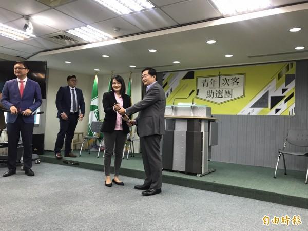 洪耀福今天出席民進黨的青年「次」客助選團記者會,會後接受媒體訪問。(記者蘇芳禾攝)