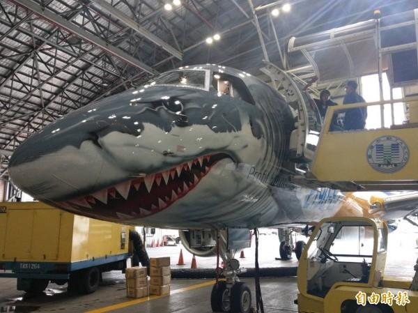 EMBRAER推鯊魚機進行全球展示,昨日飛抵松山機場。(記者鄭瑋奇攝)