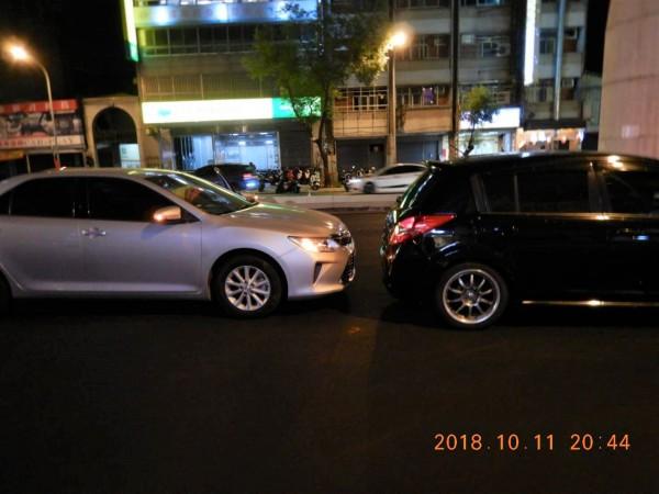 林男停等紅燈時昏迷,車子追撞前方自小客。(記者許國楨翻攝)