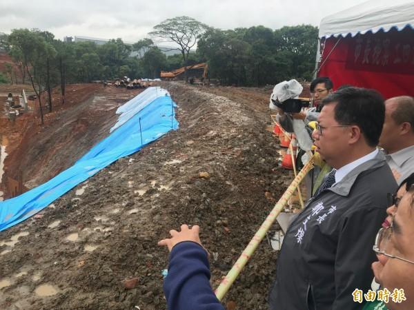 桃園市長鄭文燦(右一)視察「工四工業區東側坑溝兩岸滯洪沉砂設施工程」。(記者周敏鴻攝)