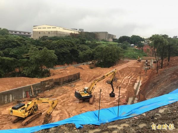 「工四工業區東側坑溝兩岸滯洪沉砂設施工程」預計明年4月可完工。(記者周敏鴻攝)