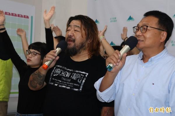 民進黨宜蘭縣長參選人陳歐珀(右),今發表競選歌曲「咱是宜蘭人」,這首歌由宜蘭在地作曲家潘芳烈(左)譜曲。(記者林敬倫攝)