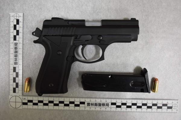 警方在現場起獲一把改造手槍及3顆子彈。(記者黃淑莉翻攝)